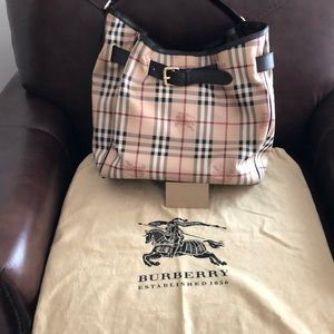 100% Authentic Burberry purse . 🌟